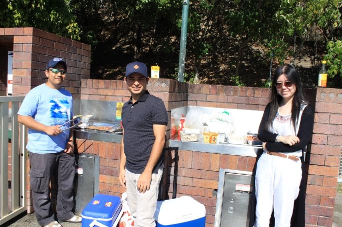 Barbeque bersama Suresh (Nepal) and Yanjun (China). Mereka sesama PhD Candidate.
