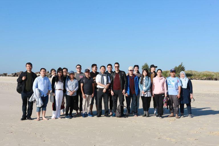 Xue Li's research group dan keluarga. Hanya dua member yang berhalangan hadir